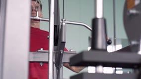 Μυϊκή κατάρτιση ατόμων σκληρά στη γυμναστική απόθεμα βίντεο