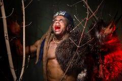 Μυϊκή τρίχα werewolf dreadlocks μεταξύ των κλάδων του δέντρου Στοκ φωτογραφίες με δικαίωμα ελεύθερης χρήσης
