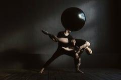 Μυϊκοί gymnasts που αποδίδουν στην αλληλεπίδραση ο ένας με την άλλη Στοκ Εικόνα