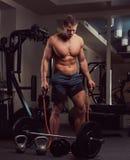 Μυϊκός αθλητής γυμνοστήθων που κάνει την άσκηση με έναν αποσυμπιεστή στη γυμναστική Στοκ φωτογραφία με δικαίωμα ελεύθερης χρήσης