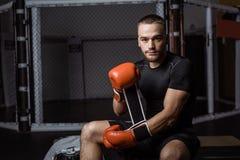 Μυϊκός αθλητικός τύπος στα εγκιβωτίζοντας γάντια Στοκ φωτογραφίες με δικαίωμα ελεύθερης χρήσης