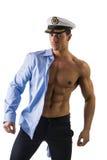 Μυϊκός αρσενικός ναυτικός γυμνοστήθων με το θαλάσσιο καπέλο Στοκ Φωτογραφίες