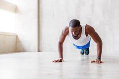 Μυϊκός αφρικανικός τύπος που κάνει τις ασκήσεις Στοκ Εικόνες
