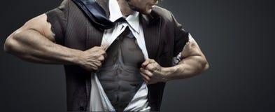 Μυϊκός επιχειρηματίας λυσσασμένος επάνω το κοστούμι του Στοκ Εικόνες