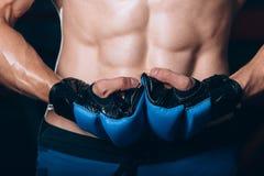 Μυϊκός μαχητής kickbox με τα μπλε γάντια Στοκ εικόνες με δικαίωμα ελεύθερης χρήσης