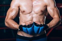 Μυϊκός μαχητής kickbox με τα μπλε γάντια Στοκ φωτογραφία με δικαίωμα ελεύθερης χρήσης