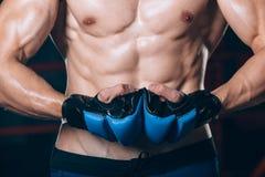 Μυϊκός μαχητής kickbox με τα μπλε γάντια Στοκ Εικόνες