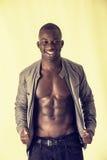 Μυϊκός μαύρος νεαρός άνδρας γυμνοστήθων στον πυροβολισμό στούντιο Στοκ Φωτογραφία