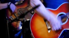 Μυϊκός μουσικός - κιθαρίστες - ακουστική κιθάρα συναυλίας παιχνιδιών στη λέσχη νύχτας φιλμ μικρού μήκους