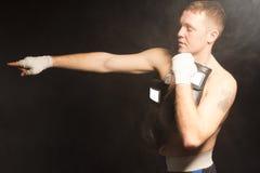 Μυϊκός νέος μπόξερ που δείχνει το χέρι του Στοκ φωτογραφία με δικαίωμα ελεύθερης χρήσης