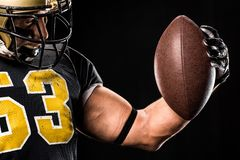 Μυϊκός φορέας αμερικανικού ποδοσφαίρου στο προστατευτικό sportswear κοίταγμα στοκ φωτογραφία