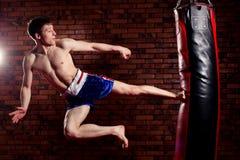 Μυϊκός όμορφος μαχητής που δίνει έναν ισχυρό Στοκ φωτογραφία με δικαίωμα ελεύθερης χρήσης