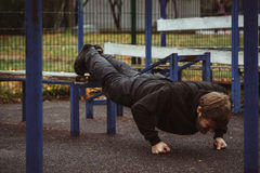 Μυϊκό άτομο κατά τη διάρκεια του workout του στην οδό στοκ φωτογραφίες με δικαίωμα ελεύθερης χρήσης