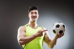 Μυϊκό άτομο με τη σφαίρα ποδοσφαίρου Στοκ φωτογραφία με δικαίωμα ελεύθερης χρήσης