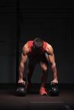 Μυϊκό αθλητικό άτομο που ασκεί στη γυμναστική Στοκ φωτογραφίες με δικαίωμα ελεύθερης χρήσης