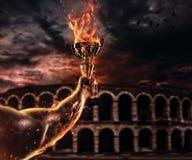 Μυϊκό ατόμων βραχιόνων φλυτζάνι τροπαίων εκμετάλλευσης καίγοντας, παλαιό colosseum ο Στοκ Φωτογραφίες
