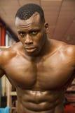 Μυϊκό μαύρο bodybuilder Hunky που επιλύει μέσα Στοκ φωτογραφίες με δικαίωμα ελεύθερης χρήσης