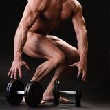 Μυϊκό bodybuilder με τον αλτήρα Στοκ Φωτογραφία