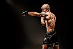 Μυϊκό kickbox ή muay ταϊλανδικό punching μαχητών Στοκ Φωτογραφία