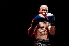 Μυϊκό kickbox ή muay ταϊλανδικό punching μαχητών Στοκ φωτογραφία με δικαίωμα ελεύθερης χρήσης