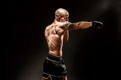 Μυϊκό kickbox ή muay ταϊλανδικό punching μαχητών Στοκ εικόνα με δικαίωμα ελεύθερης χρήσης
