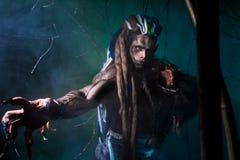 Μυϊκό werewolf με τα dreadlocks με τα μακριά καρφιά μεταξύ του πίτουρου Στοκ Εικόνες