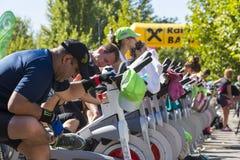 Μυ'ες που τονίζουν χρησιμοποιώντας τα στάσιμα ποδήλατα Στοκ Εικόνα