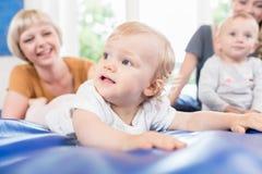 Μωρά και moms στη μεταγεννητική σειρά μαθημάτων μητέρων και παιδιών Στοκ Εικόνες