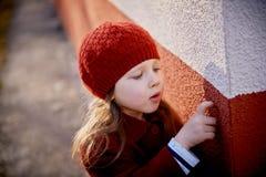 Μωρό 3 έτη με μακρυμάλλη Κόκκινα beret και ένα παλτό έξω στον ήλιο Επιλογή δικών του Παιδική ηλικία στοκ φωτογραφίες με δικαίωμα ελεύθερης χρήσης