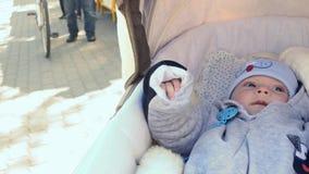 Μωρό λίγων μηνών στη μεταφορά που σκέφτεται - ζουμ απόθεμα βίντεο