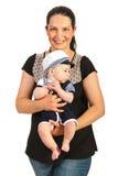 Μωρό λαβής μητέρων στο κοστούμι ναυτικών Στοκ Εικόνες