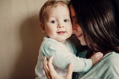 Μωρό αγκαλιασμάτων Mom Στοκ φωτογραφία με δικαίωμα ελεύθερης χρήσης