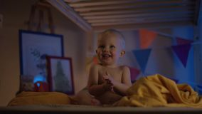 Μωρό ακριβώς που κάθεται στο κακό και ευτυχές χτύπημα στους γονείς του απόθεμα βίντεο