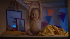 Μωρό ακριβώς που κάθεται στο κακό και ευτυχές χτύπημα στους γονείς του και το χαμόγελο πολύ απόθεμα βίντεο