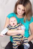 μωρό αυτή που κρατά λίγο γ&lambda Στοκ Εικόνα