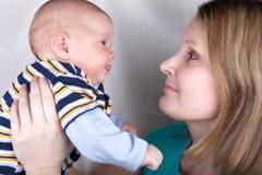 μωρό αυτή που κρατά λίγο γ&lambda Στοκ εικόνες με δικαίωμα ελεύθερης χρήσης