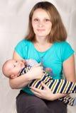 μωρό αυτή που κρατά λίγο γ&lambda Στοκ φωτογραφία με δικαίωμα ελεύθερης χρήσης