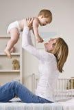Μωρό εκμετάλλευσης μητέρων Στοκ φωτογραφία με δικαίωμα ελεύθερης χρήσης