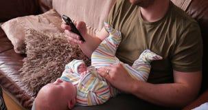 Μωρό εκμετάλλευσης μπαμπάδων ενώ στο τηλέφωνό του