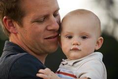 Μωρό εκμετάλλευσης πατέρων Στοκ φωτογραφία με δικαίωμα ελεύθερης χρήσης