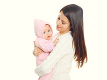 Μωρό εκμετάλλευσης μητέρων πορτρέτου στο μπουρνούζι μετά από το λουτρό στο λευκό Στοκ Φωτογραφίες