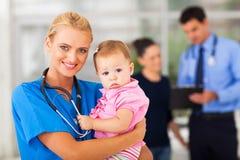 Μωρό εκμετάλλευσης νοσοκόμων στοκ εικόνες