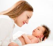 μωρό ευτυχές η απομονωμένη μητέρα της νεογέννητη πέρα από το λευκό Στοκ φωτογραφία με δικαίωμα ελεύθερης χρήσης