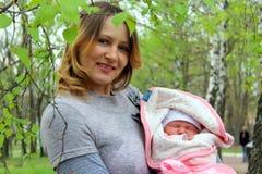 μωρό ευτυχές η απομονωμένη μητέρα της νεογέννητη πέρα από το λευκό Στοκ Φωτογραφία