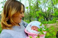 μωρό ευτυχές η απομονωμένη μητέρα της νεογέννητη πέρα από το λευκό Στοκ εικόνες με δικαίωμα ελεύθερης χρήσης