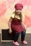 Μωρό, ευτυχές παιδί με τον πίνακα εμβλημάτων στην κουζίνα ή εστιατόριο Στοκ εικόνα με δικαίωμα ελεύθερης χρήσης