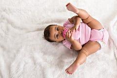 Μωρό εφτά μηνών βρεφών με το φλυτζάνι στοκ εικόνα