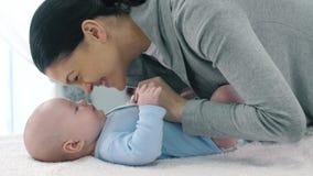 μωρό η μητέρα αγαπών της απόθεμα βίντεο