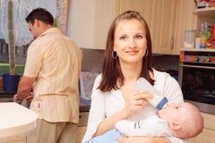 μωρό η περιποίηση μητέρων της στοκ φωτογραφίες με δικαίωμα ελεύθερης χρήσης