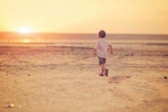 Μωρό και ηλιοβασίλεμα Στοκ Εικόνες